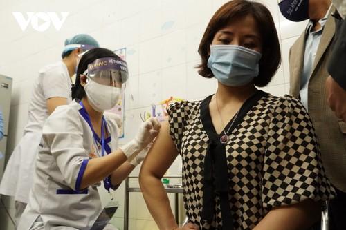 Những người đầu tiên tiêm vaccine Covid-19 tại Hải Dương - ảnh 2