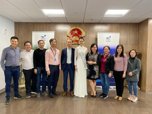Hoa hậu Khánh Vân diện áo dài trắng, khoe dáng giữa nước Mỹ - ảnh 7