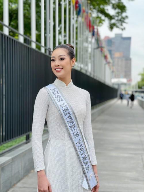 Hoa hậu Khánh Vân diện áo dài trắng, khoe dáng giữa nước Mỹ - ảnh 1