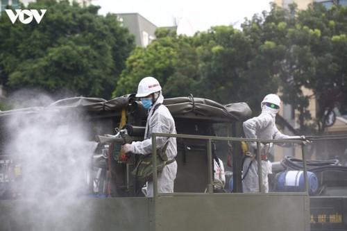 Quân đội phun khử khuẩn diện rộng tại Thủ đô Hà Nội, phòng Covid-19 - ảnh 7
