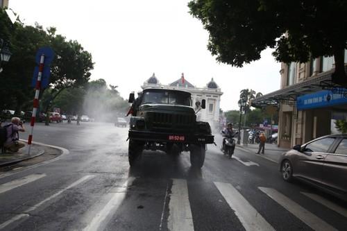 Quân đội phun khử khuẩn diện rộng tại Thủ đô Hà Nội, phòng Covid-19 - ảnh 6