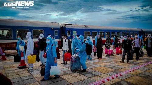 Chuyến tàu nghĩa tình chở 814 người dân Hà Tĩnh rời tâm dịch cập bến - ảnh 1