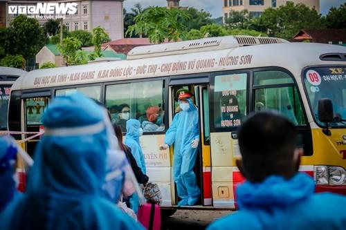 Chuyến tàu nghĩa tình chở 814 người dân Hà Tĩnh rời tâm dịch cập bến - ảnh 14