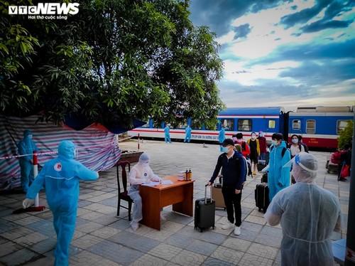 Chuyến tàu nghĩa tình chở 814 người dân Hà Tĩnh rời tâm dịch cập bến - ảnh 3