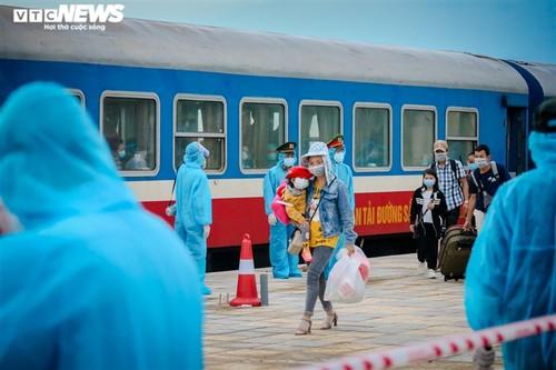 Chuyến tàu nghĩa tình chở 814 người dân Hà Tĩnh rời tâm dịch cập bến - ảnh 4