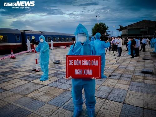 Chuyến tàu nghĩa tình chở 814 người dân Hà Tĩnh rời tâm dịch cập bến - ảnh 6