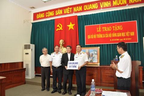 越南天主教同胞向长沙军民捐助30亿越盾 - ảnh 1