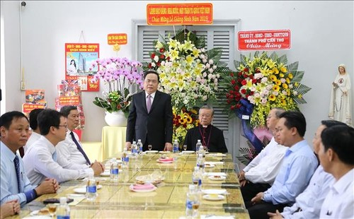 越南祖阵中央委员会主席向芹苴市大教区主教致以圣诞节祝福 - ảnh 1