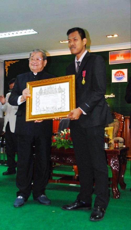 高棉族记者名争多荣获国际友谊合作勋章 - ảnh 2