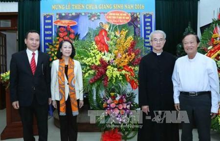 张氏梅看望河内教区总主教并致以圣诞祝贺 - ảnh 1