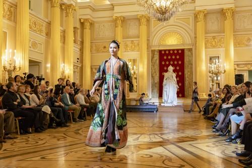 Красота вьетнамского шёлка и парчи в России - ảnh 8