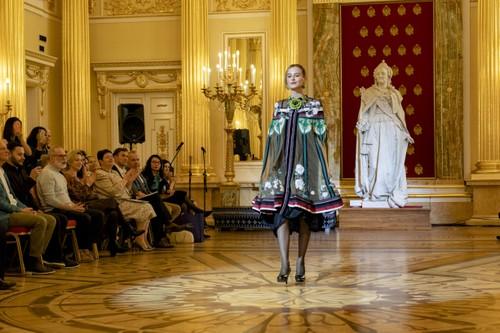 Красота вьетнамского шёлка и парчи в России - ảnh 10