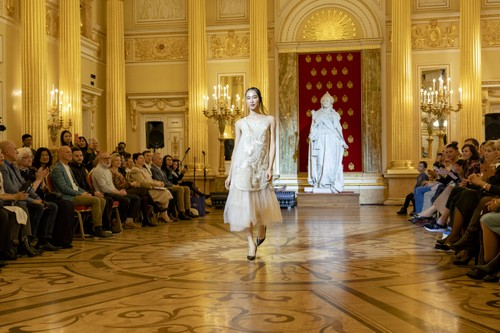 Красота вьетнамского шёлка и парчи в России - ảnh 11