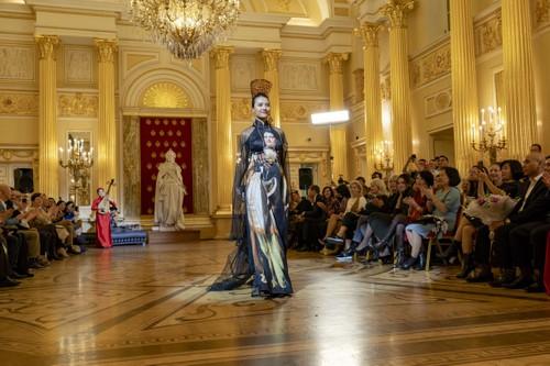 Красота вьетнамского шёлка и парчи в России - ảnh 13