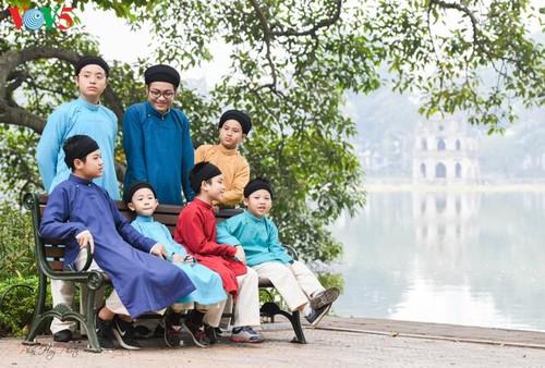 """Мужчины во вьетнамском традиционном платье """"аозай"""" - усиление праздничной атмосферы - ảnh 12"""