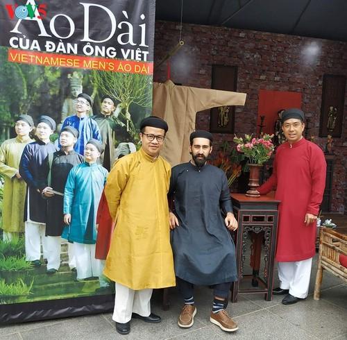 """Мужчины во вьетнамском традиционном платье """"аозай"""" - усиление праздничной атмосферы - ảnh 2"""
