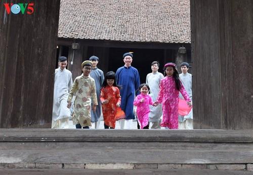 """Мужчины во вьетнамском традиционном платье """"аозай"""" - усиление праздничной атмосферы - ảnh 3"""
