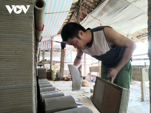 Народности Таи и Нунг в провинци Лангшон сохраняют ремесло по изготовлению старинных глиняных черепиц - ảnh 1