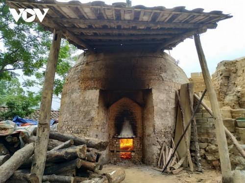 Народности Таи и Нунг в провинци Лангшон сохраняют ремесло по изготовлению старинных глиняных черепиц - ảnh 2
