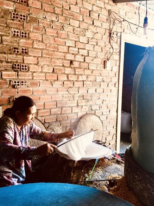 Донгбинь –деревня с более чем 100-летней историей по производству съедобной рисовой бумаги в провинции Фуиен - ảnh 2