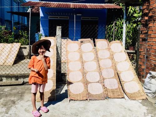 Донгбинь –деревня с более чем 100-летней историей по производству съедобной рисовой бумаги в провинции Фуиен - ảnh 4