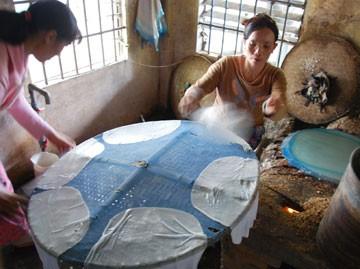 Донгбинь –деревня с более чем 100-летней историей по производству съедобной рисовой бумаги в провинции Фуиен - ảnh 1