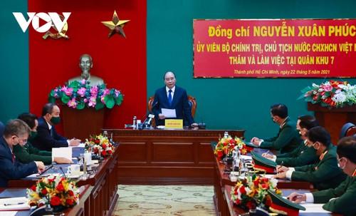 Chủ tịch nước Nguyễn Xuân Phúc  kiểm tra công tác sẵn sàng chiến đấu tại Quân khu 7 - ảnh 1