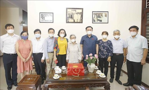 Chủ tịch Quốc hội Vương Đình Huệ thắp hương tưởng niệm cố Chủ tịch Quốc hội Lê Quang Đạo - ảnh 2