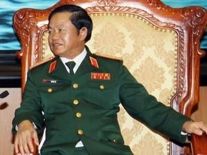 Kepala Staff  Umum Tentara Rakyat Vietnam Do Ba Ty menerima Panglima Angkatan Darat Singapura - ảnh 1