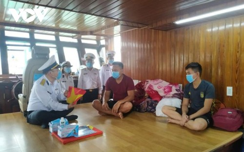 Soldiers protect fishermen at sea  - ảnh 2