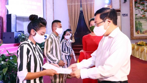 Deputy PM urges pardoned inmates to overcome feeling of guilt, quickly reintegrate in community - ảnh 1