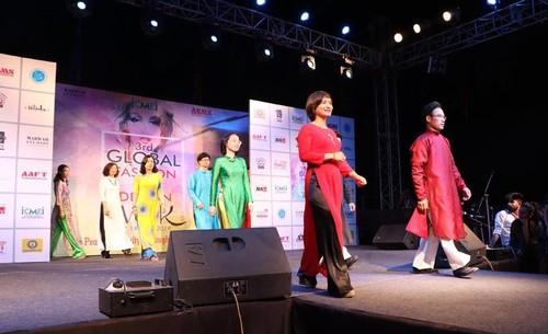 越南奥戴亮相在印度举行的全球时装周 - ảnh 1