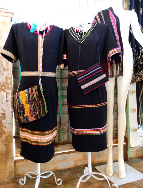 把埃德族同胞的传统土锦图案绣到现代服装上 - ảnh 1