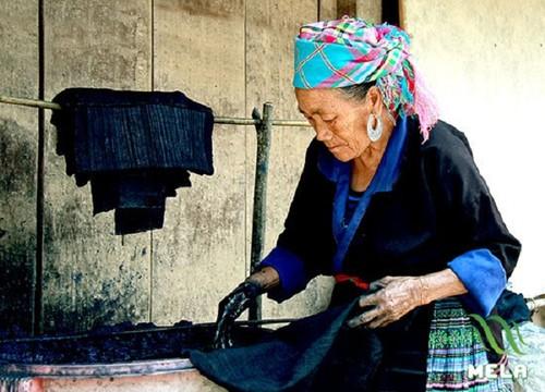 沙坝镇赫蒙族同胞的服装 - ảnh 1