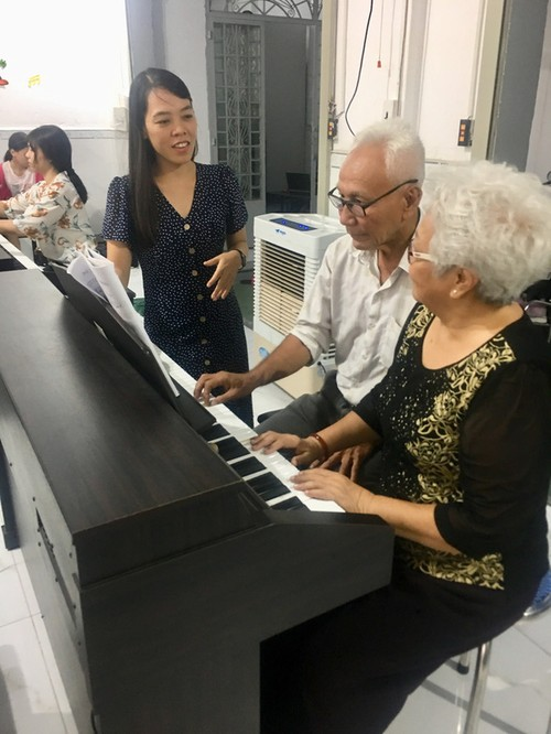 Free piano class for the elderly in Ho Chi Minh City - ảnh 2