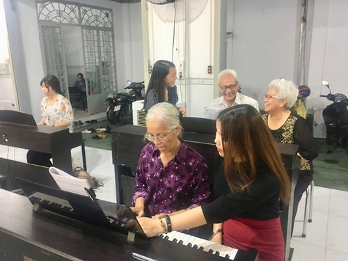 Free piano class for the elderly in Ho Chi Minh City - ảnh 1