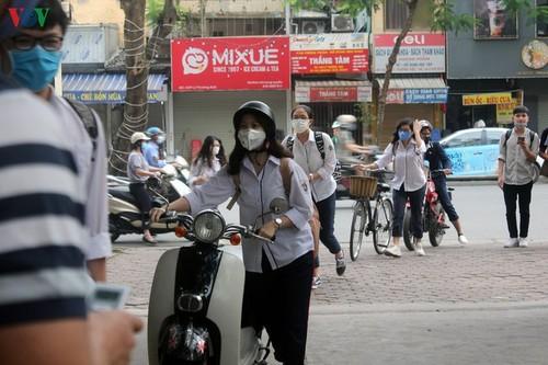 Hanoi students back to school after COVID-19 break - ảnh 1