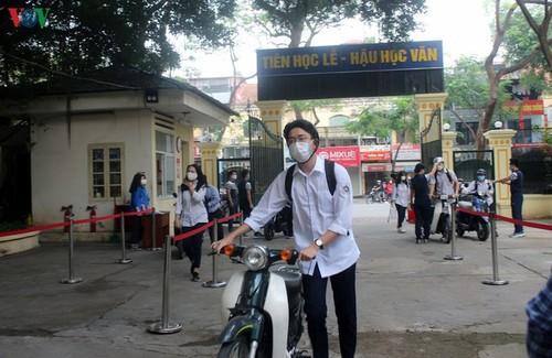 Hanoi students back to school after COVID-19 break - ảnh 4