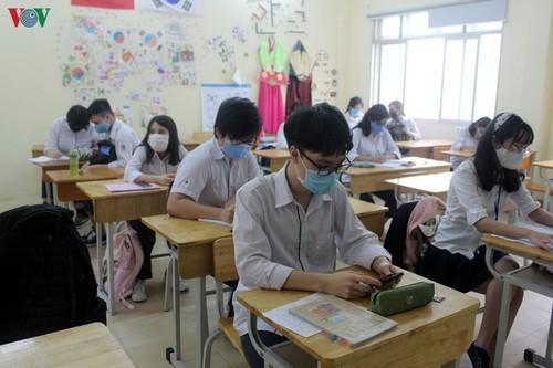 Hanoi students back to school after COVID-19 break - ảnh 5