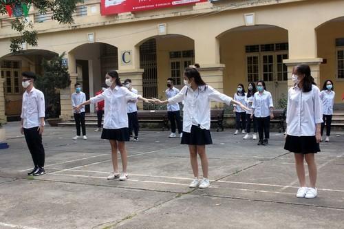 Hanoi students back to school after COVID-19 break - ảnh 6