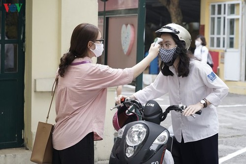 Hanoi students back to school after COVID-19 break - ảnh 8