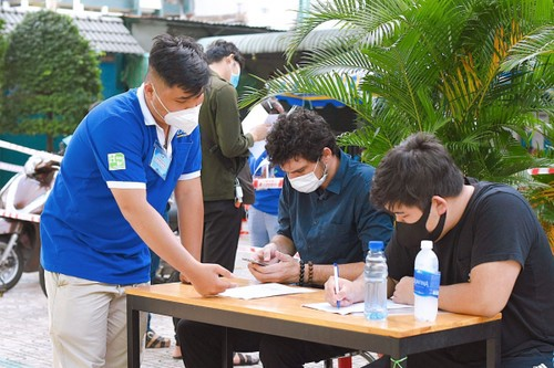 Foreigners receive COVID-19 vaccines in HCM City - ảnh 1