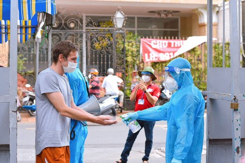 Foreigners receive COVID-19 vaccines in HCM City - ảnh 2