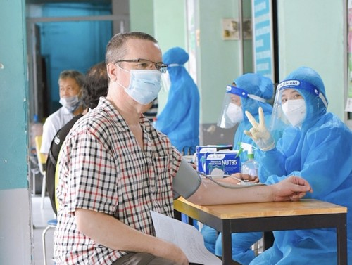Foreigners receive COVID-19 vaccines in HCM City - ảnh 3