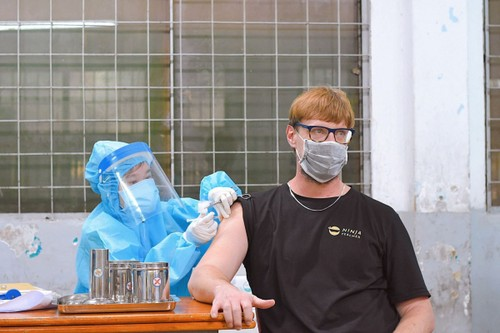 Foreigners receive COVID-19 vaccines in HCM City - ảnh 4