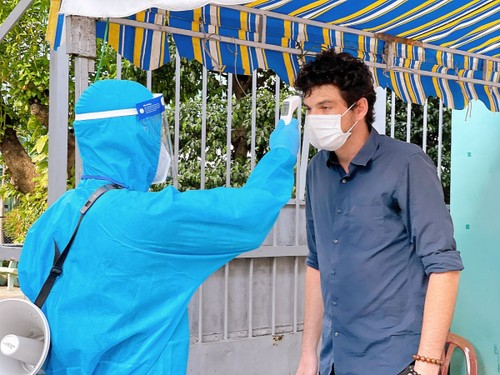 Foreigners receive COVID-19 vaccines in HCM City - ảnh 6