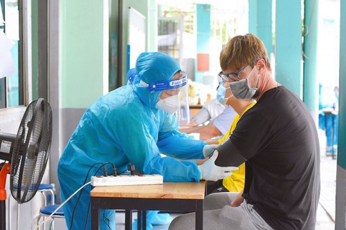 Foreigners receive COVID-19 vaccines in HCM City - ảnh 8