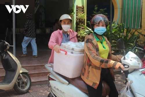 Women of Hanoi offer free meals for frontline workers during COVID-19 fight - ảnh 10