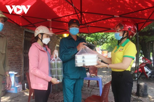 Women of Hanoi offer free meals for frontline workers during COVID-19 fight - ảnh 11
