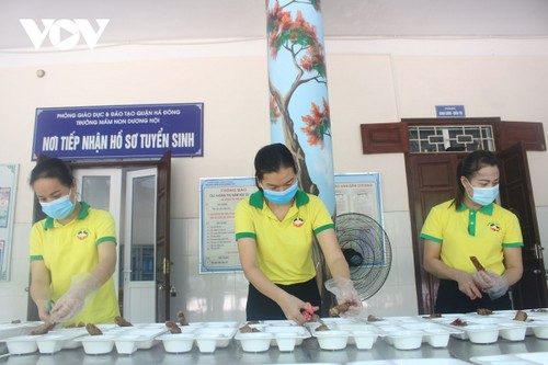 Women of Hanoi offer free meals for frontline workers during COVID-19 fight - ảnh 12